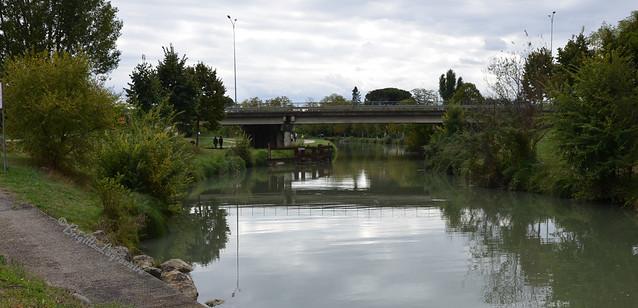 Temps couvert sur ce coin du canal, refuge nature entre les zones industrielles et commerciales.