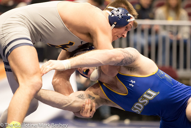 197 Cons. Round 3 - Nate Rotert (South Dakota State) 31-5 won by decision over Jacob Smith (West Virginia) 15-9 (Dec 4-3) - 180316amk0237