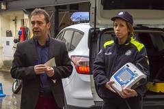 El teniente alcalde Juan Carlos Abascal, junto a una agente de la Policía Municipal en la presentación del nuevo vehículo.