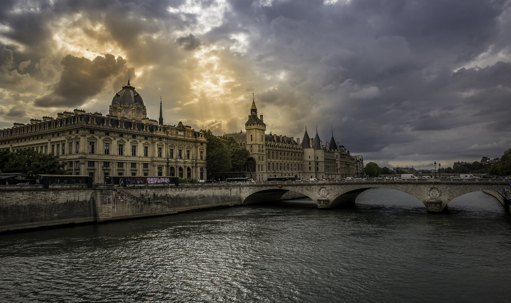 Sunset over la Conciergerie, Paris