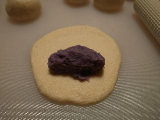 <p>c)麺棒で平らな円形にのばし餡を包み込みます</p>