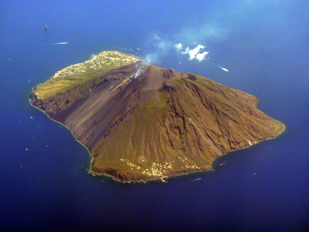 Eruzione vulcano Stromboli nelle isole Eolie