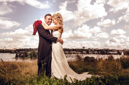 wedding red roses lake landscape groom bride couple ranger wide quadra lappeenranta linnoitus saimaa elinchrom strobist