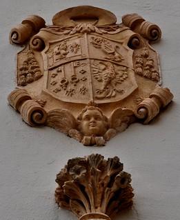 Guadix (Granada). Escudo en la plaza de la catedral