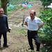 MM Fu, père et fils à l'entrée de leur jardin de Bao Zhong