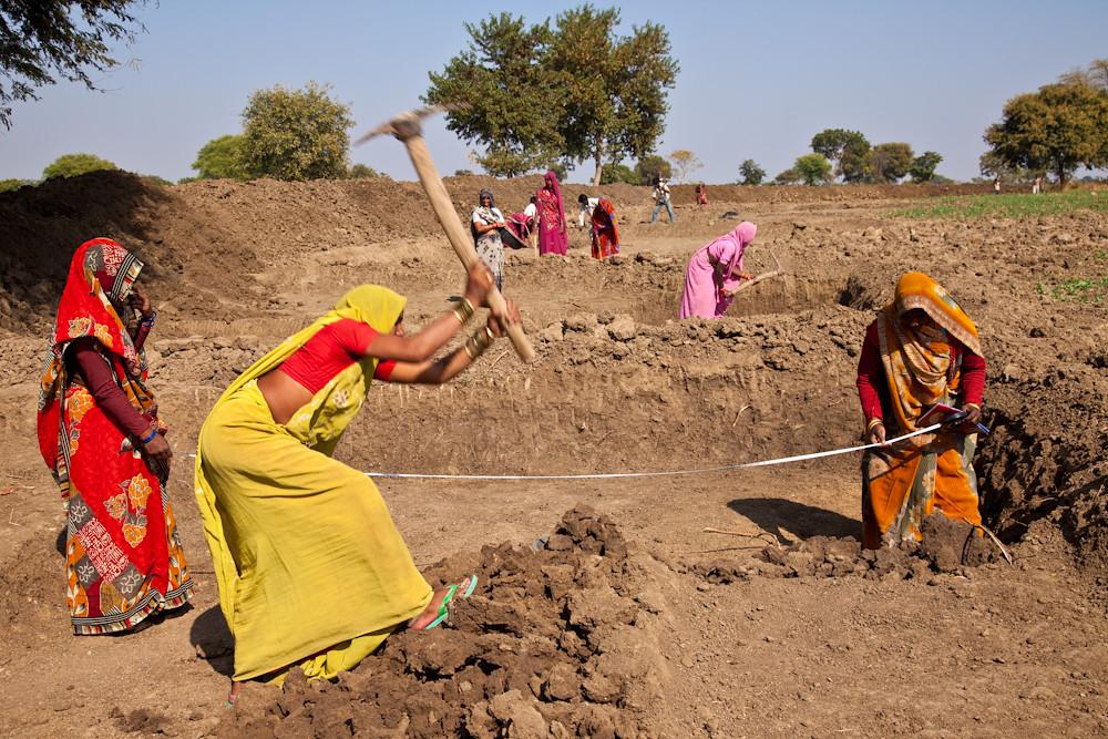 Women working at a MGNREGA site in Uttar Pradesh. Photo by UN Women/Gaganjit Singh Chandok.