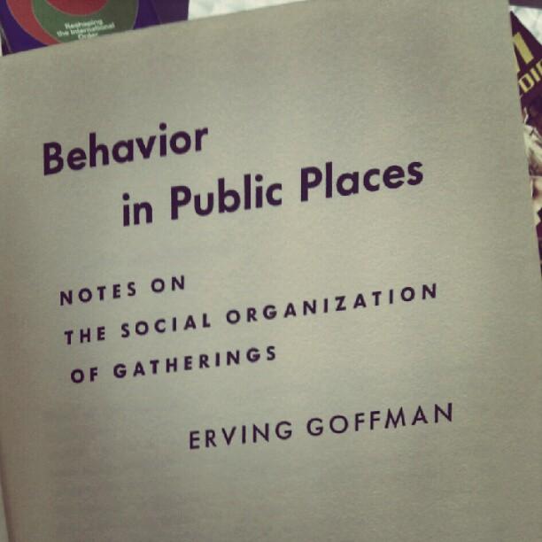 boeken van de gratis-meeneem-tafel: Behaviour in Public Places
