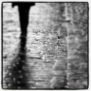 Te indican que toca recorrer el camino de vuelta sin que hubieras dejado señales para ello confiado que la realidad que veias no era fruto de un circo donde solo actuaba un payaso con la nariz desgastada. Lo intenso de la noche no es su oscuridad sino la | by Pedro Baez Diaz @pedrobaezdiaz