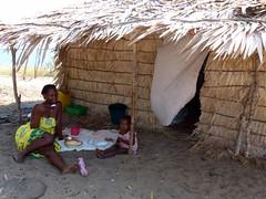 za, 10/11/2012 - 08:39 - 143. Moeder en dochter aan de maaltijd in Marotia, Baly Bay