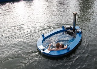 Weihnachtsgeschenk-Tipp für Inhaber von Bootsführerscheinen. The HotTug - the first wood-fired hot tub boat in the world! http://bit.ly/SCAYCW | by macbosse