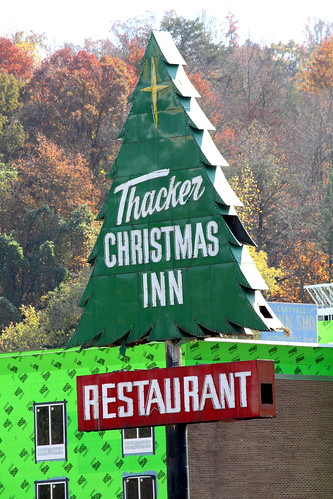 christmas sign restaurant neon tn tennessee christmastree i75 thacker interstate75 campbellcounty us25 caryville us25w bmok christmasinn bmokneon bmokmotel
