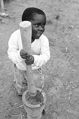 africa girls people food playing black cooking girl smile smiling vertical kids rural children fun kid community village child african centre small grain games center mortar malawi afrika amused pound childcare pounding southernafrica cbcc topb childrenonly mzimba anthonyasael communitybasedchildcarecentre tonthowere