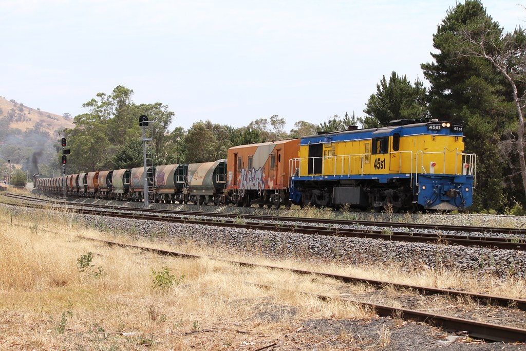 T387 and 333 haul their train and 45s1 as 6M42V by Greensleeves.94