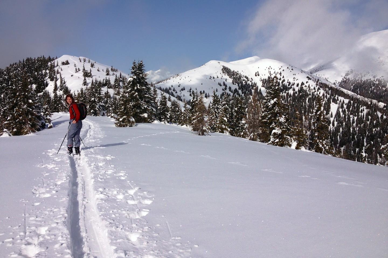 Hřeben pokračuje v délce 3 km až na vrchol Lahneck.
