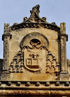 Úbeda (Jaén). Iglesia de San Pablo. Fachada sur. Escudo en remate de la portada