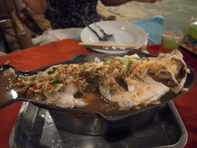 <p>b)グリーンリーフで食べた蒸し魚料理</p>
