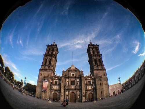 Atardecer en el atrio de la catedral de Puebla.