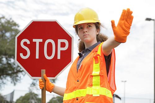A biztonságos munkavégzés elengedhetetlen kelléke a megfelelő védősisak-, védőcipő-, kesztyű-, szemüveg- és ruházat viselése!