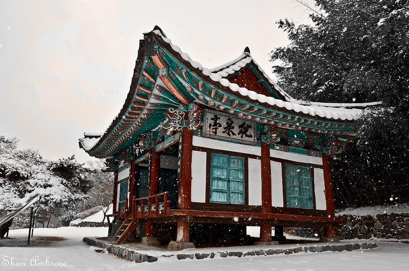 Hanok house in the snowfall