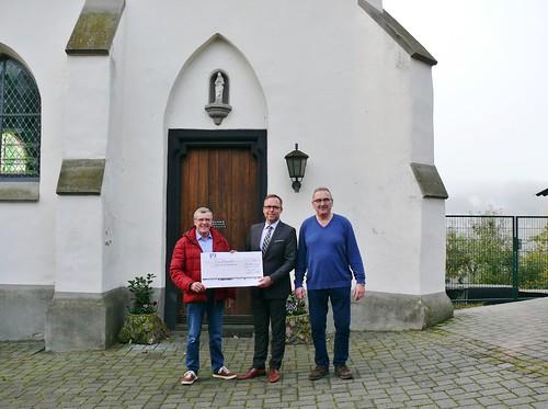 18.10.17 Der Vertreter der Volksbank RheinAhrEifel überreicht eine Spende von 500.- Euro für die Dachrenovierung