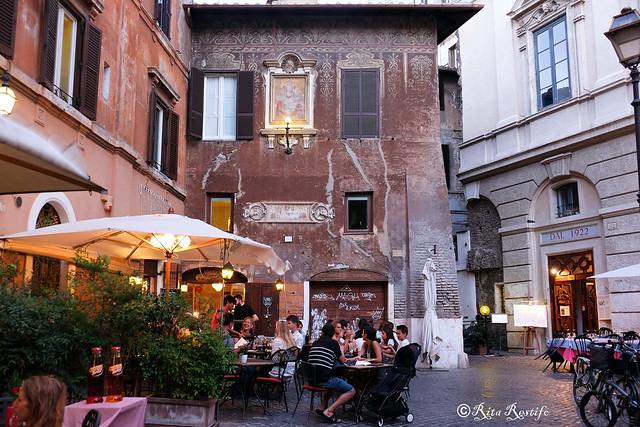 Roma. Rione Parione. Facciate dipinte. Palazzetto con Madonnella