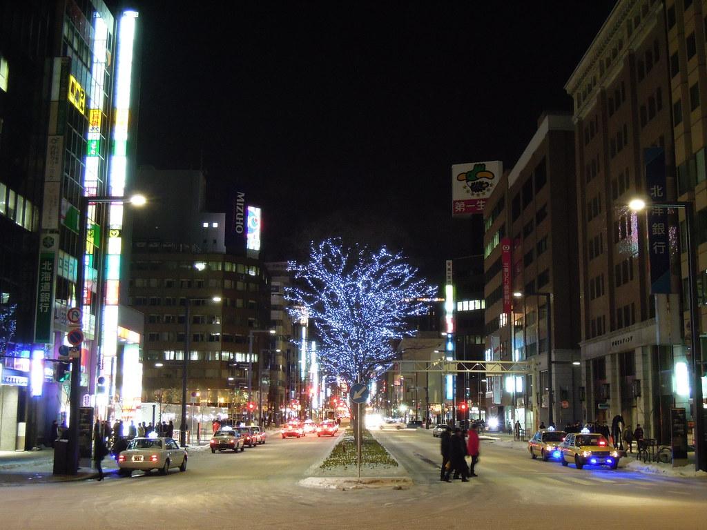 札幌駅南口から札幌駅前通を見る