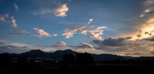 sunset summersunset clouds sky boulderco colorado sonyrx100m2 lightroom lightroompresets vignette summerincolorado coloradosunset mountains mountainsunset valmontcityparkboulderco