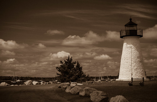 lumix gx7 panasonic mirrorlesscamera micro43 nedspointlighthouse landmark lighthouse phare mattapoisett massachusetts sepia clouds nuages architecture immeuble building mood atmosphere ambiance mer paysage landscape seascape paysagemarin retro vintage outdoor monochrome sea bench banc bateaux boats sailboats bateauxavoile voiliers