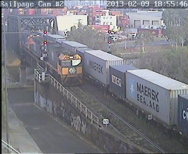 NR62-8115-G530 7MC2(9693) PN Portlink to Ettamogah/Bomen/Marrar/Leeton/Griffith with 7AM3 Patricks arriving on south track 9-2-2013 by Railpage Bunbury Street