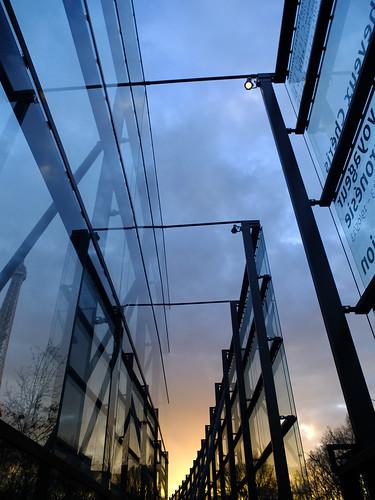 Evening high glass fence @quaibranly