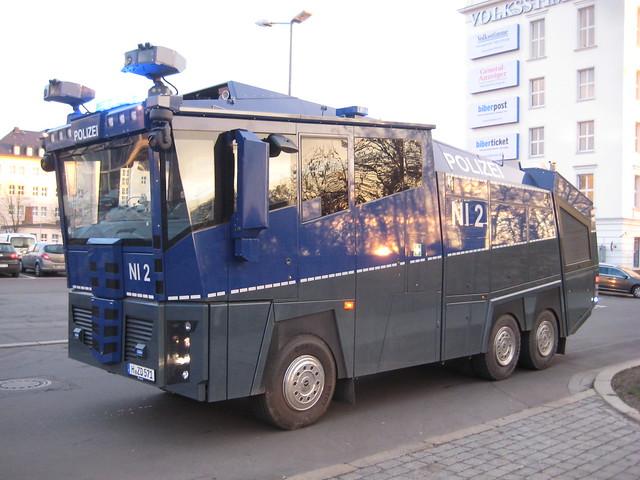 2012 Wasserwerfer WAWE 10 Cobra von Rosenbauer der Landespolizei Niedersachsen auf Daimler-Benz Actros 3341 Bahnhofstraße in 39104 Magdeburg