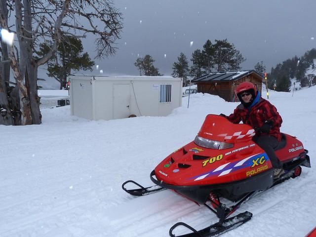 Sele subido a una moto de nieve en Andorra durante el invierno