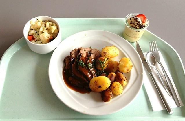 Rinderlende mit Kräuterjus & Bratkartoffeln / Beef loin with herbal jus & fried potatoes