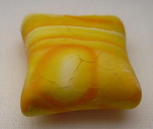 Sprünge in den gelben Kissenperlen | by Zita Weiß
