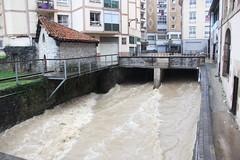 En la imagen se puede ver el tremendo caudal del río Ego a su paso por el Ayuntamiento de Ermua