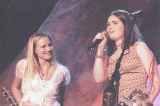 """Libbie Schrader '01 with singer Jewel after her band, The Wash (later Think of England), won the """"New Voice of 2001"""" award. The band also included Jason Mandell '01, Nick May '01, Dean of Campus Life Matt Taylor, and Katie McIntosh SC '01"""