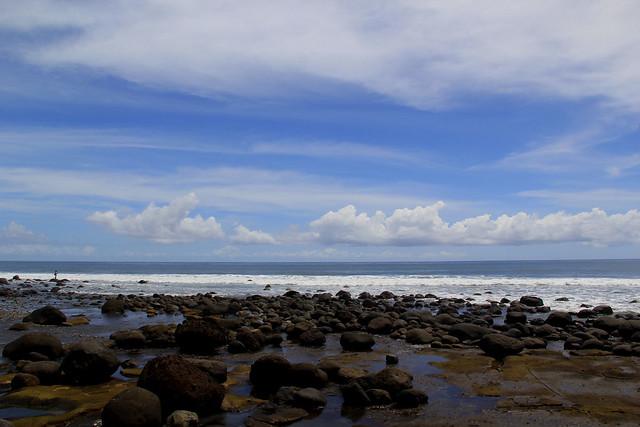 Bebatuan besar ciri Pantai Yeh Leh