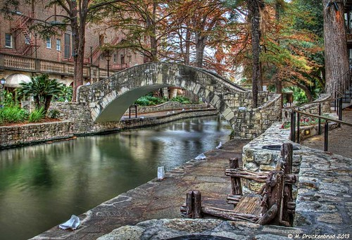 sanantonio downtown texas arch footbridge riverwalk pedestrianbridge sanantoniotexas sanantonioriverwalk paseodelrio archedfootbridge