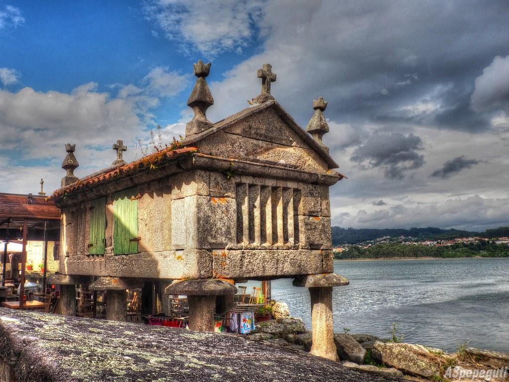 Horreos en Combarro | Combarro es un pueblo marinero, de la … | Flickr