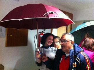 Bailamos con los paraguas.