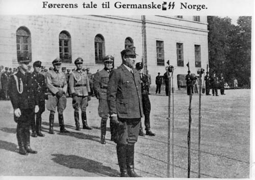 N.S. i Norge. Vidkun Quisling taler til Germanske SS Norge utenfor slottet.
