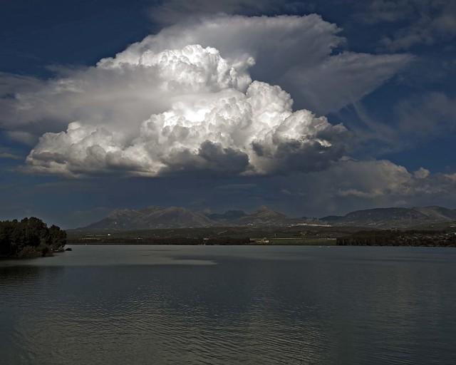 Siempre hay una nube en el horizonte  - EXPLORE  April 14th, 2013