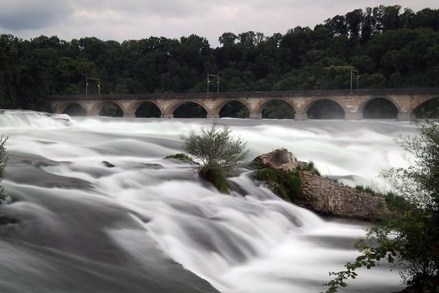 Rheinfall Schaffhausen mit Bahnbrücke