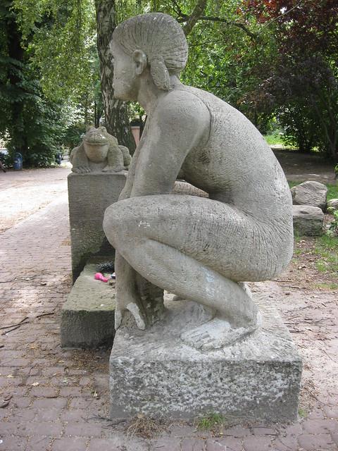 1987/88 Berlin-O. Froschkönig von Stefan Horota Sandstein Teutoburger Platz in 10119 Prenzlauer Berg