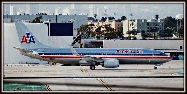 Beacon On: American Airlines Boeing 737 (N831NN) taxiing at KLAX