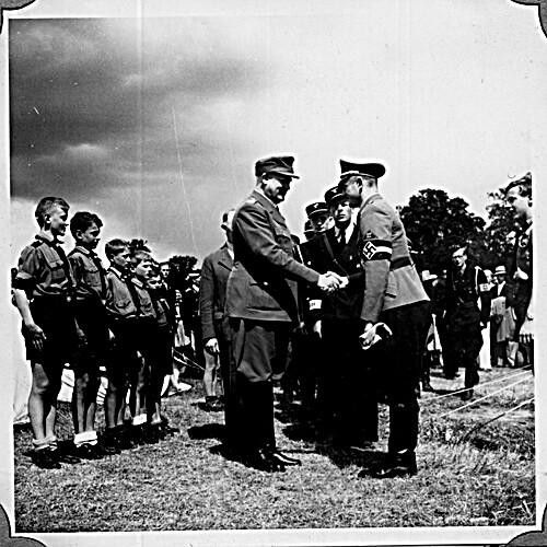 Borrestevnet 1943, Vidkun Quisling hilser på tysk offiser.