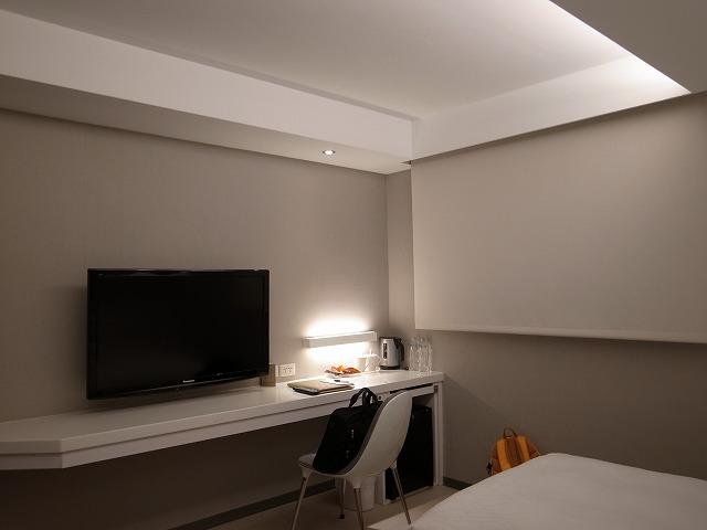 <p>c)<br /> ベッドの足元には壁に沿って長いデスクが・・・椅子は1客です!!</p>