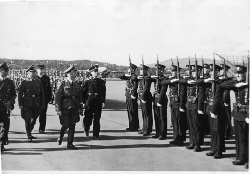 Vidkun Quisling med flere inspiserer tropper. Fornebu(?)