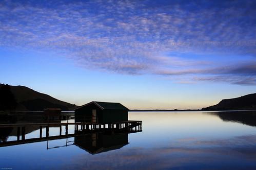 blue sunset newzealand sky water água espelho azul clouds reflections mirror piers silhouettes céu pôrdosol cielo nubes espejo nuvens ensenada inlet bluehour reflexos siluetas sheds reflejos novazelândia enseada puestadelsol barracão nuevazelanda silhuetas 2013 pontões pontones horaazul barracón