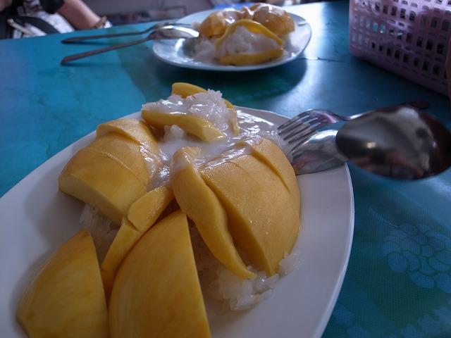 <p>h)マンゴー丸々一つ入れたマンゴーライスの完成</p>